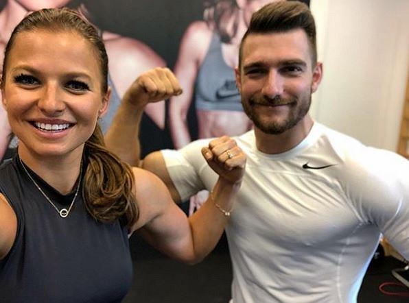 Anna Lewandowska stworzyła trening dla par. W aplikacji ćwiczy z przystojnym trenerem