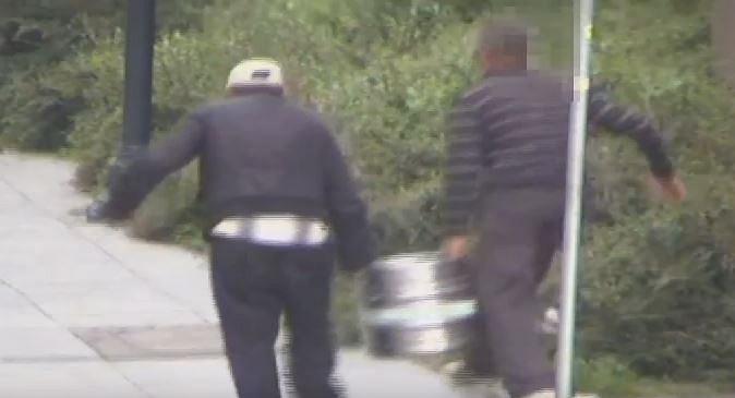 Zdjęcie numer 1 w galerii - Próbowali ukraść beczkę z piwem, ledwo trzymali się na nogach.Ten film rozśmieszył nawet policjantów