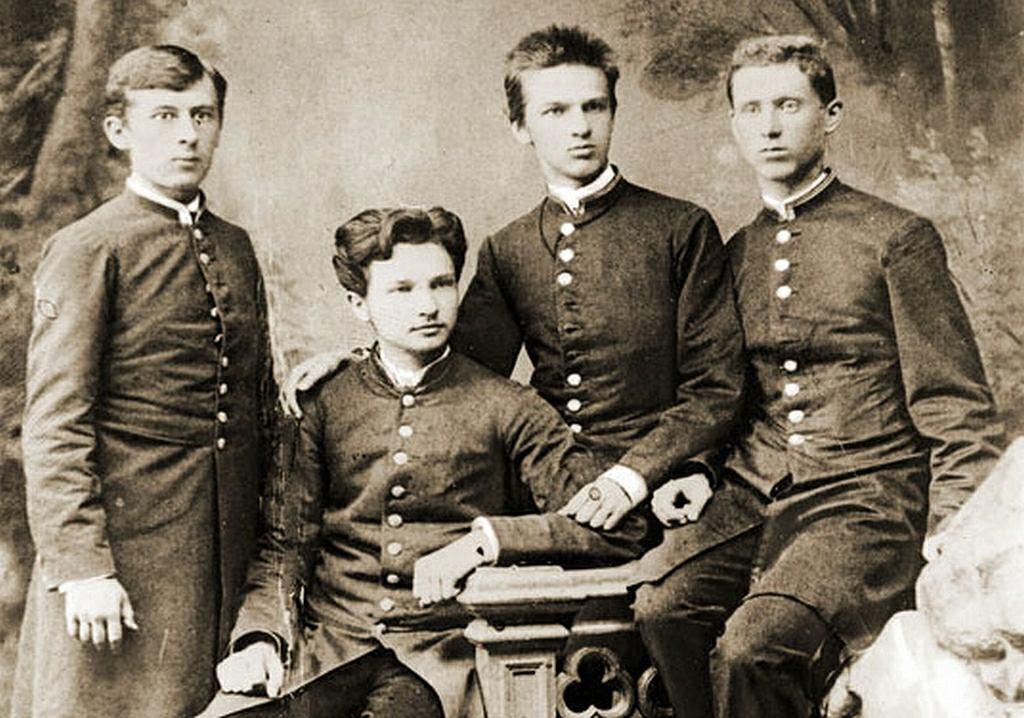 Członkowie koła samokształceniowego 'Spójnia' w 1885 r. Drugi i trzeci od lewej to Bronisław i Józef Piłsudscy. Bronisław za przygotowywanie zamachu na cara dostał 15 lat katorgi i w 1888 r. trafił na Sachalin. Zaczął tam badać język i kulturę autochtonów, co zapoczątkowało jego karierę jako etnografa. Jej owocem są m.in. prace nad kulturą i językiem ludów sachalińskich, a także wyspy Hokkaido. Z powodu depresji utopił się w 1918 r. w Sekwanie w Paryżu.