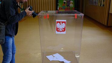 Eurowybory 2019. Białystok, wybory do Parlamentu Europejskiego, obwodowa komisja nr 142 na osiedlu Dziesięciny