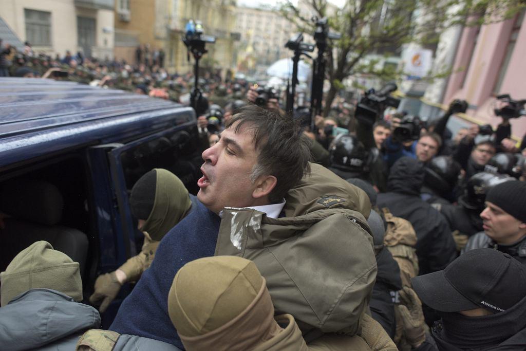 Były prezydent Gruzji Micheil Saakaszwili zatrzymany przez Służbę Bezpieczeństwa Ukrainy. Z policyjnego samochodu odbili go jego zwolennicy. Kijów, 5 grudnia 2017