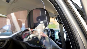 Tadeusz Modzelewski, taksówkarz z Olsztyna, który z powodu epidemii koronawirusa w swojej taksówce zamontował szybę oddzielającą go od pasażerów