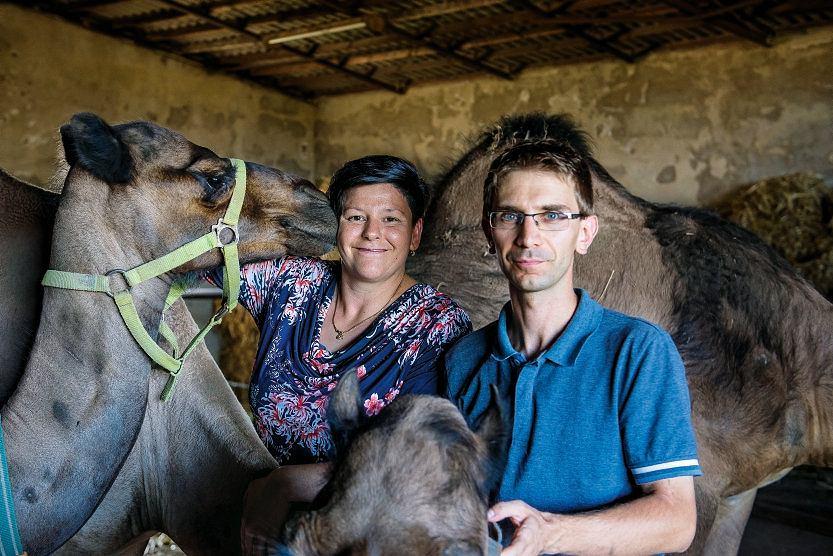 Monika i Krzysztof Szymańscy, właściciele jedynych wPolsce mlekodajnych dromaderów: zanic nie wrócilibyśmy domiasta, choć praca przy zwierzętach zajmuje nam właściwie cały dzień.