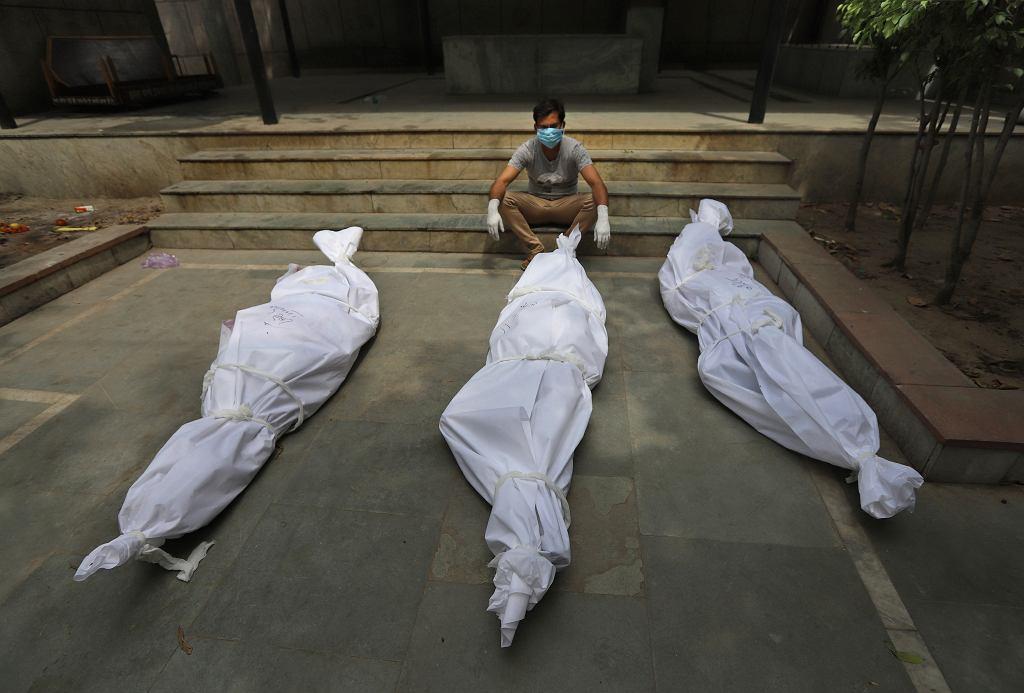 Mężczyzna czekający na kremację swoich bliskich