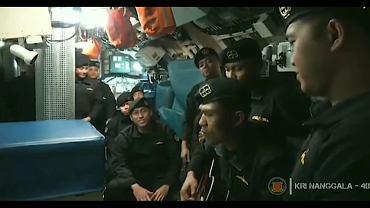 Załoga okrętu podwodnego KRI Nanggala śpiewa piosenkę o pożegnaniu