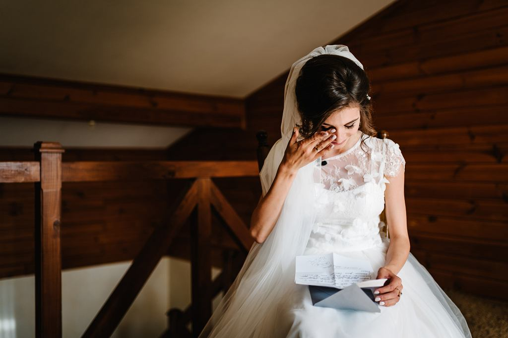 ?Beautiful,Bride,Reading,Letter,From,The,Groom,For,Love.,Brides