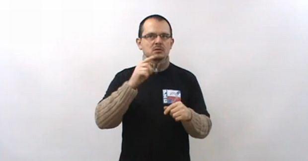 Tłumacz języka migowego z filmu Polskiego Związku Głuchych
