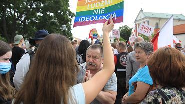 Walka na plakaty za plecami Andrzeja Dudy.
