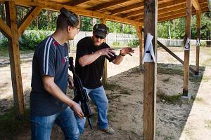 Chris Kyle pokazuje mi postawę strzelecką Navy SEALs. W Polsce uczono mnie stać bokiem, a nie przodem do celu. Obie postawy mają swoje wady i zalety, Strzelałem z legendarnym snajperem Navy SEALs, broń, mój pierwszy raz
