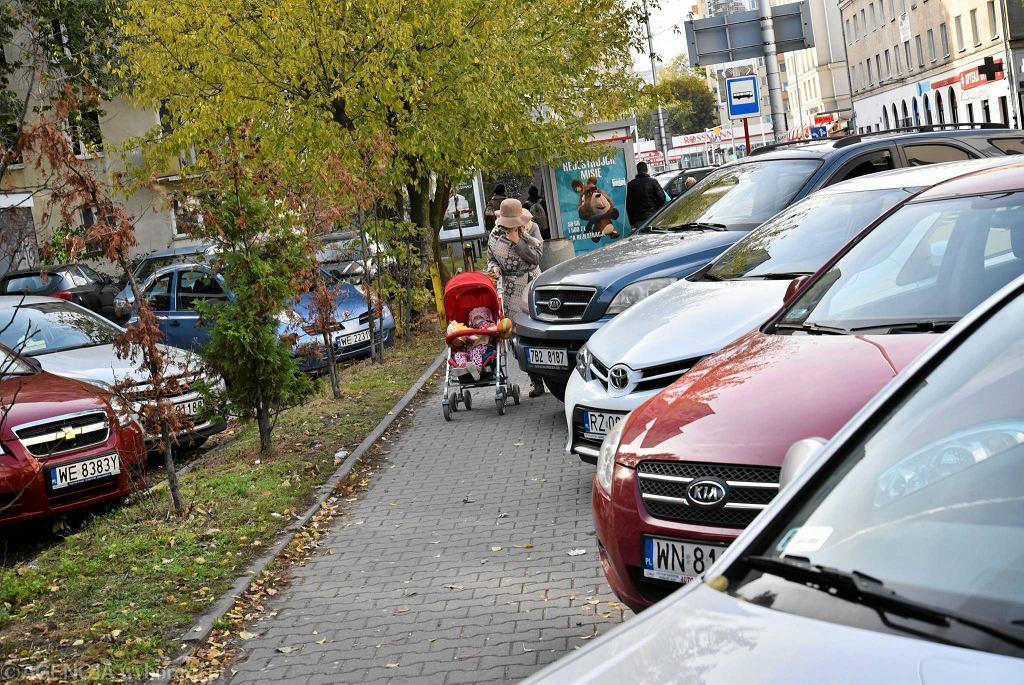 Parkowanie na ul. Chełmskiej - chodnik bardziej niż pieszym służy samochodom
