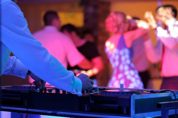 Na weselu ludzie zachowują się tak, jakby pandemii nie było (fot: Shutterstock.com)