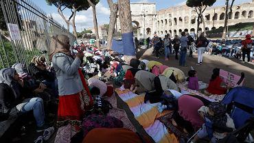 Muzułmanie podczas demonstracji w pobliżu rzymskiego Koloseum