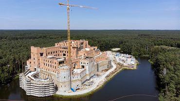 Budowa gigantycznego zamku w Stobnicy na obrzeżach Puszczy Noteckiej