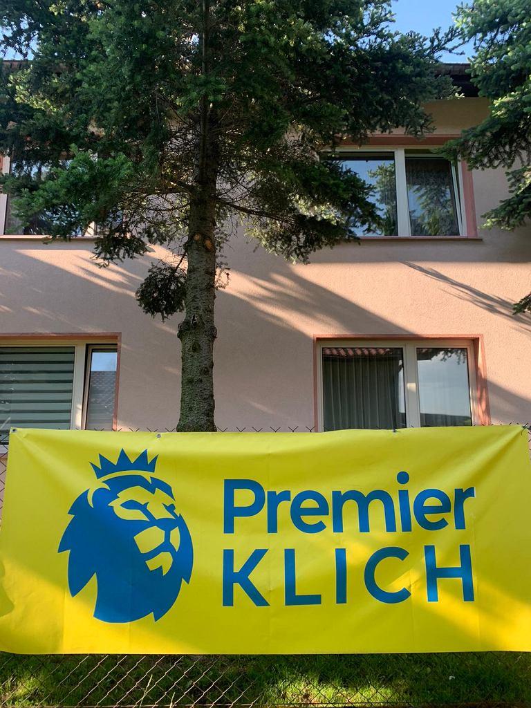 'Premier Klich' na płocie za domem państwa Klichów
