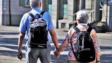 seniorzy, bon turystyczny. Zdjęcie ilustracyjne