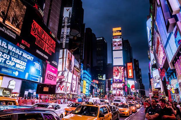 Każdy z nas ma kontakt z około trzema tysiącami reklam dziennie - w sklepach, gazetach i magazynach, na bilbordach i furgonetkach, w radiu i telewizji (fot. Shutterstock)