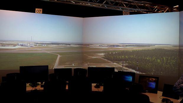Pełen symulator pracy na wieży kontroli lotów, zwany Beczką, wyświetla obraz w 360 stopniach