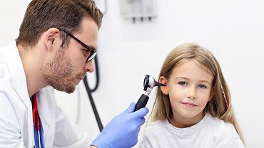 Ból ucha u dziecka może być objawem alergii. Zdjęcie ilustracyjne