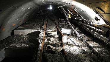 Rumowisko w tunelu kolektora ściekowego pod dnem Wisły po awarii z 2020 r.. Awaria rurociągów wypiętrzyła zalewający je pianobeton.