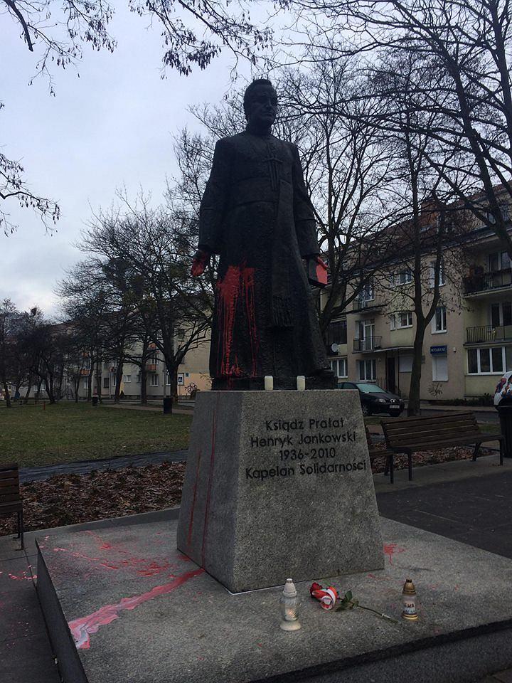 Pomnik księdza Jankowskiego oblany farbą