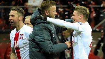 Rezerwowy Artur Boruc (c), Lukasz Piszczek (20) i Jakub Wawrzyniak (14) fetuja awans do Mistrzostw Europy - po zwyciezkim meczu Polska - Irlandia