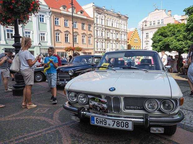 Zdjęcie numer 25 w galerii - Międzynarodowy rajd zabytkowych pojazdów na Rynku w Wałbrzychu. Było co podziwiać [ZDJĘCIA]