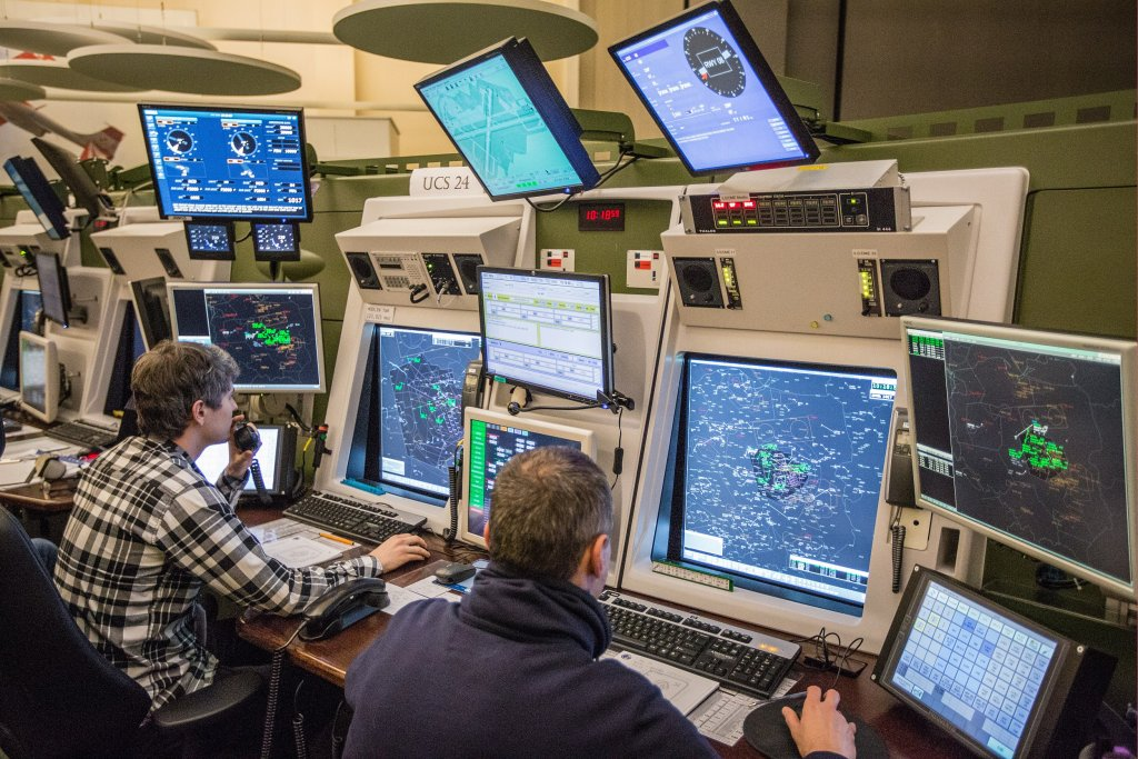 Sala operacyjna w Centrum Zarządzania Ruchem Lotniczym (fot. Tomek Perczyński / Polska Agencja Żeglugi Powietrznej)