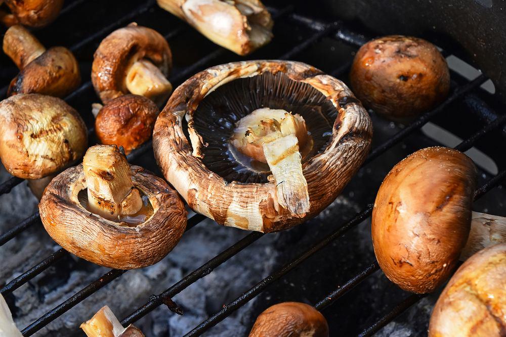 Pieczarki na grilla są smaczne i proste w przygotowaniu. Zdjęcie ilustracyjne