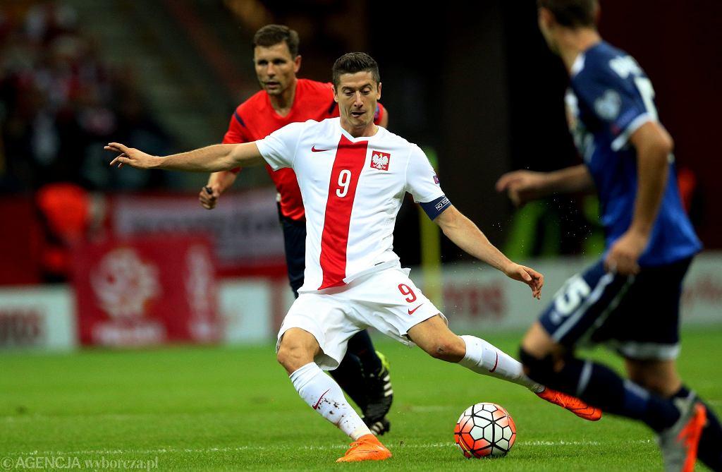 Mecz Polska - Gibraltar 8:1. Strzela Robert Lewandowski, w tle sędzia Gediminas Mazeika