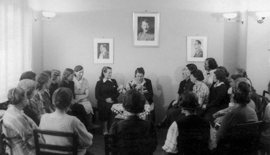 Spotkanie kobiet. Na ścianie portret Hitlera (fot. nac.gov.pl)