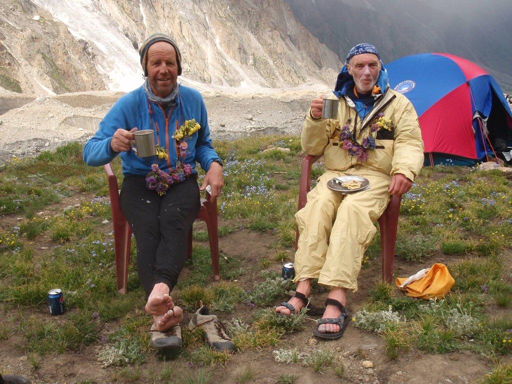 Sandy Allan i Rick Allen po 18 dniach wspinaczki na grani Mazeno i zejściu do bazy Diamir po zdobyciu Nanga Parbat