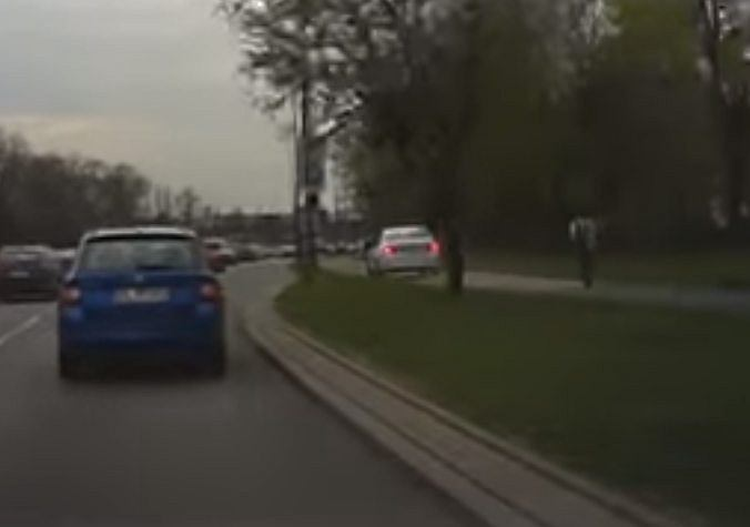 BMW na chodniku na ul. Mickiewicza w Łodzi