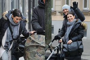 Katarzyna Kępka z partnerem i 2-miesięczną Jagną wybrała się na rodzinny spacer. Widać, że w roli mamy czuje się świetnie. Uśmiech nie znikał z jej twarzy!