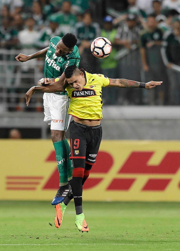 Jonatan Daniel Alvez of Ecuador's Barcelona, right, fights for the ball with Yerry Mina