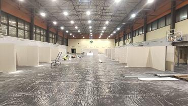 Koronawirus. W hali sportowej Uniwersytetu Medycznego w Białymstoku rozpoczęła się budowa szpitala tymczasowego, Obiekt będzie przeznaczony dla chorych z koronawirusem