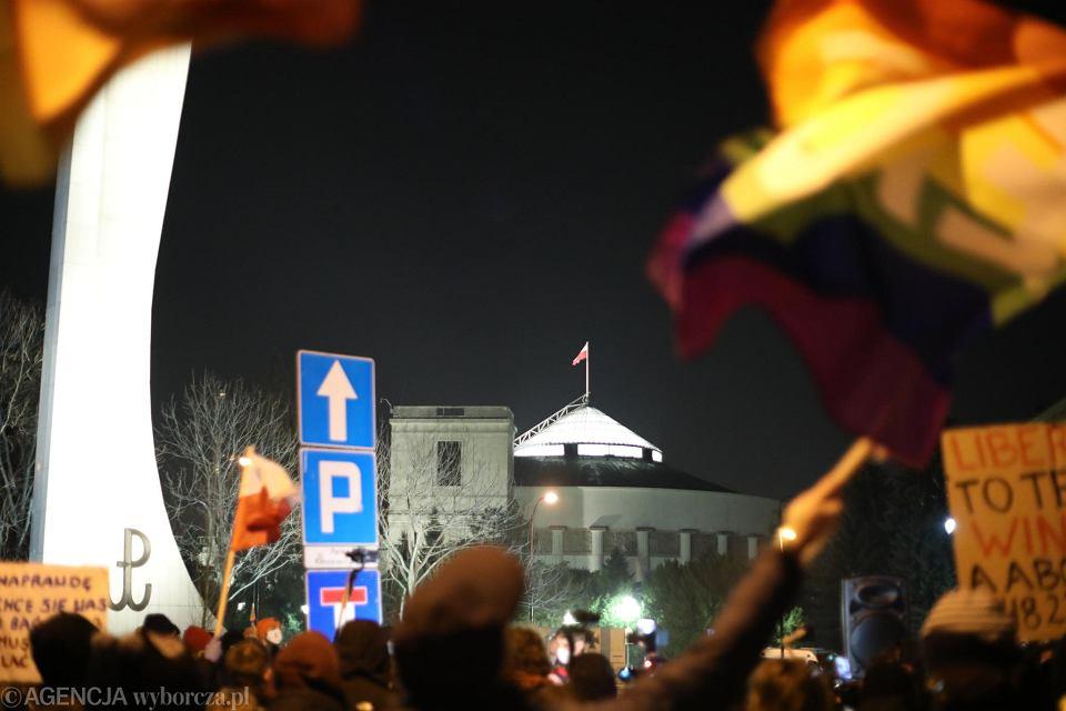 Protest pod Sejmem. 'Przeciw rządowemu bezprawiu i bandytom z policji'