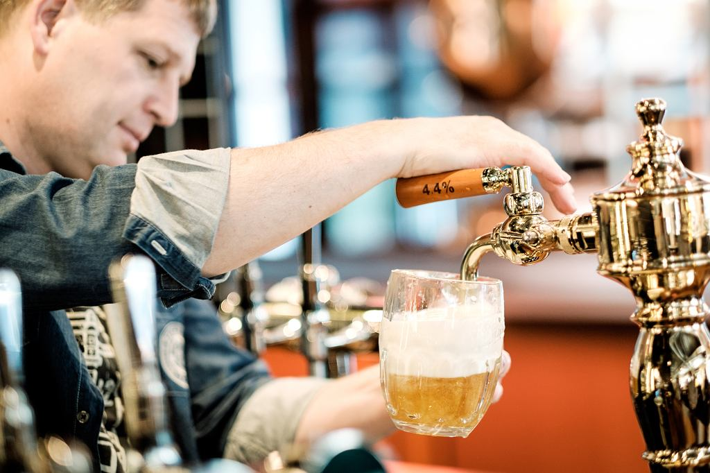 Szkło, w którym podaje się piwo, musi być odpowiednio przygotowane(fot. materiały promocyjne)