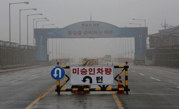'Wjazd wzbroniony'. Znak ostrzegawczy w Korei Południowej na wjeździe do strefy zdemilitaryzowanej, niedaleko granicy z Koreą Północną