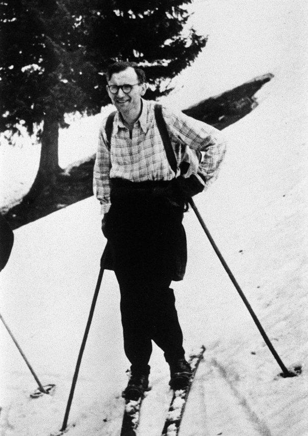 Lata 50., ksiądz Karol Wojtyła na nartach. Po latach Jan Paweł II wielokrotnie opowiadał o swoich letnich i zimowych wyprawach w góry. Jazda na nartach oraz pływanie kajakiem należały do jego pasji.