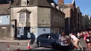 Kobieta nie czeka aż ulicą przebiegnie maraton, wjeżdża w ludzi