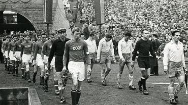 Stadion Śląski. Gerard Cieślik wyprowadza reprezentację Polski na pamiętny mecz z ZSRR w 1957 roku