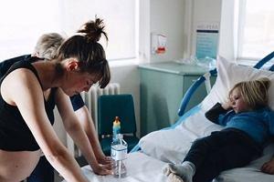 Kontrowersyjne zdjęcie z porodu. Czterolatek wspierał mamę podczas narodzin siostry