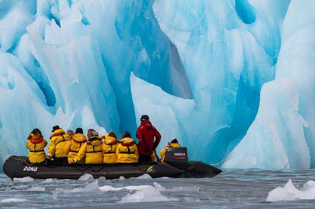 Svalbard, Norwegia, 11 lipca 2013: ludzie podróżujący między lodowcami Svalbardu (fot. Shutterstock)