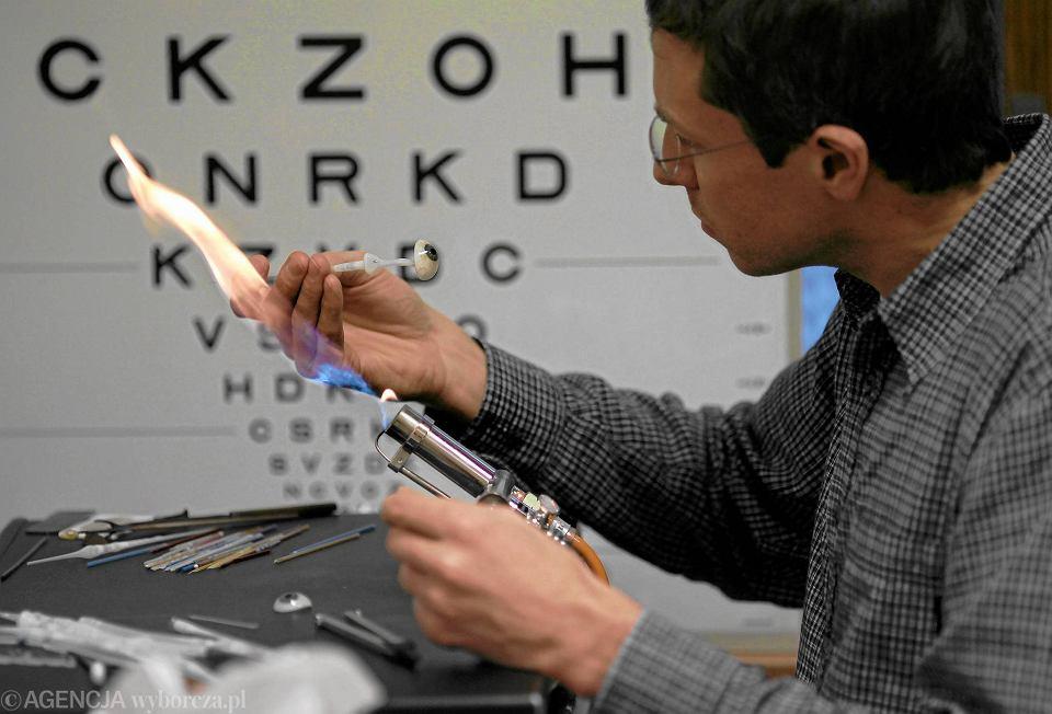 Na liście wyrobów medycznych refundowanych przez NFZ jest ponad 200 tys. pozycji. Na zdjęciu: okularysta Thorsten Meyer wykonuje szklane protezy i epiprotezy oka. Katowice, grudzień 2012 r.