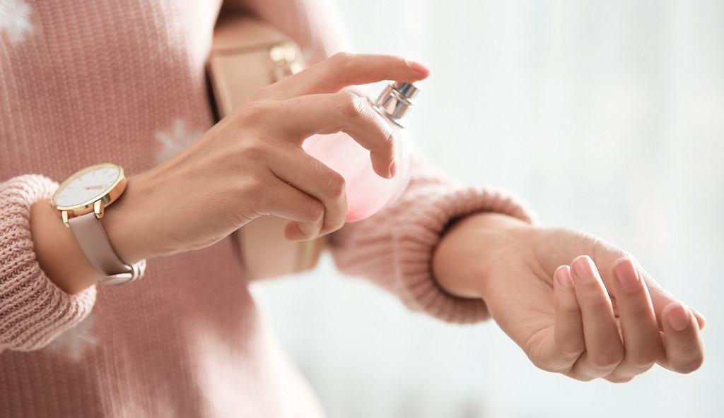 Jak poprawnie używać perfum i czego nie robić, by dłużej pachnieć? Triki, które powinnaś znać