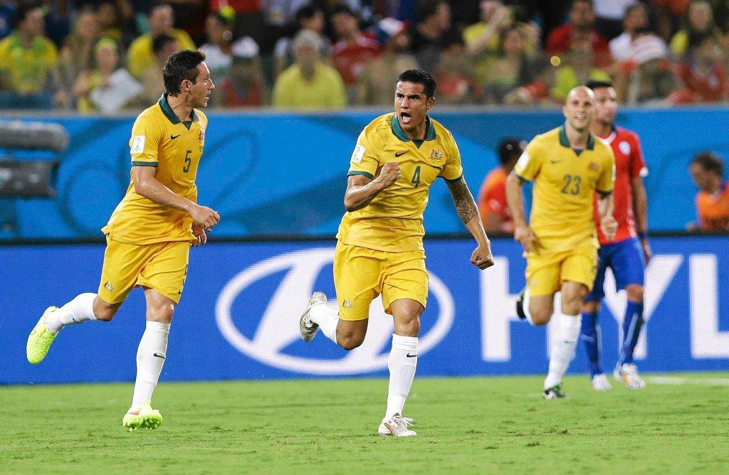 Tim Cahill i Mark Milligan cieszą się po zdobyciu gola na MŚ 2014