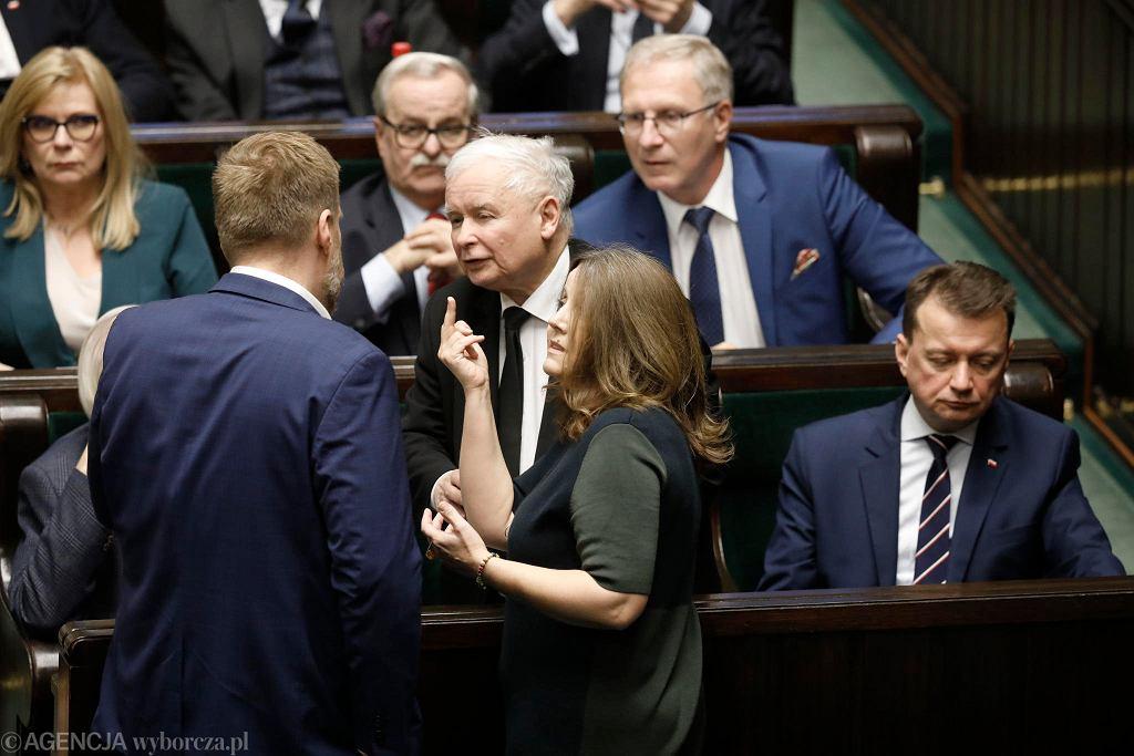 Posłanka PiS Joanna Lichocka tłumaczy prezesowi Kaczyńskiemu co oznacza jej gest (po wystąpieniu pokazała środkowy palec). Warszawa, Sejm, 13 lutego 2020
