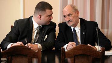 Bartłomiej Misiewicz i szef MON Antoni Macierewicz