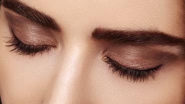 Makijaż oczu można wykonywać na różne sposoby. Zdjęcie ilustracyjne, marianafrost/shutterstock.com