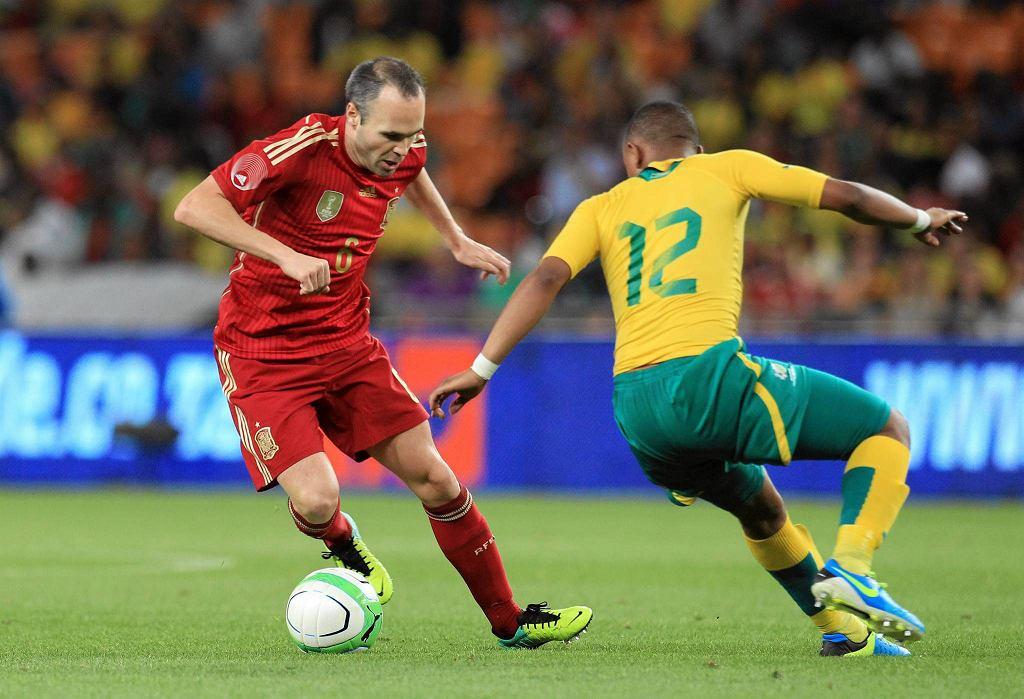 Andres Iniesta i Andile Jali w meczu Hiszpania RPA